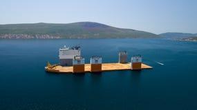 Tivat, Montenegro - 31 de julho de 2017: A vanguarda pesada de Dockwise da embarcação do elevador veio a Montenegro tomar a doca  Foto de Stock Royalty Free