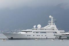 Tivat, Montenegro - 16 de junho: Iate dourado da odisseia no porto de Tivat o 16 de junho de 2014 Fotos de Stock Royalty Free