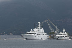 Tivat, Montenegro - 16. Juni: Goldene Odysseeyacht im Hafen von Tivat Stockfotografie