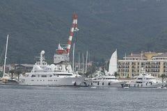 Tivat Montenegro - JUNI 16: Guld- Odysseyyacht i porten av Tivat på JUNI 16, 2014 Royaltyfri Bild