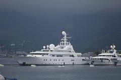 Tivat Montenegro - JUNI 16: Guld- Odysseyyacht i porten av Tivat på JUNI 16, 2014 Royaltyfria Foton