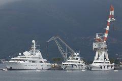 Tivat Montenegro - JUNI 16: Guld- Odysseyyacht i porten av Tivat på JUNI 16, 2014 Arkivfoton