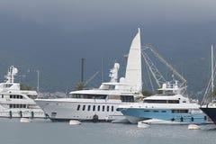 Tivat Montenegro - JUNI 16: Guld- Odysseyyacht i porten av Tivat på JUNI 16, 2014 Arkivbild
