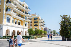 Tivat Porto Montenegro - Augusti 2015: Folk som går på en solig dag i marina Porto Montenegro i Montenegro Royaltyfri Foto