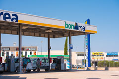 TIVISSA, TARRAGONA, SPANJE - MEI 31, 2017: Benzinestation in Tivissa, Tarragona, Catalunya, Spanje Exemplaarruimte voor tekst stock foto's