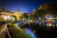 Tivoli庭院的湖在晚上,在哥本哈根,丹麦 免版税库存图片