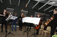 TIVOLI执行为媒介人的庭院音乐家 库存照片