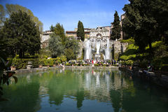 TIVOLI,意大利- 2015年4月10日:参观Ne的喷泉游人 免版税库存照片