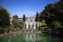 TIVOLI,意大利- 2015年4月10日:参观Ne的喷泉游人 图库摄影