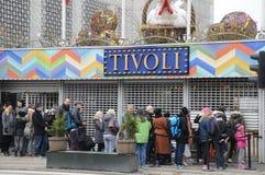 TIVOLI BESÖKARE SOM VÄNTAR PÅ 11 00 TIMME FÖR F.M. OEPNING Royaltyfri Foto
