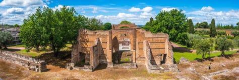 Tivoli - cultureel Rome de reis archeologisch oriëntatiepunt van Villaadriana in panoramische horizontaal van Italië van Drie Exe royalty-vrije stock afbeelding