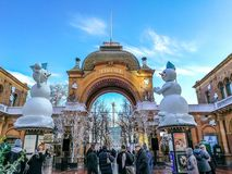 Tivoli Entrence在有外面两个雪人的哥本哈根 免版税库存图片