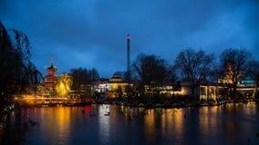 Tivoli-Gärten bis zum Nacht lizenzfreie stockbilder