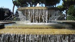 TIVOLI, ITALIA - AGOSTO DE 2018: Jets de la corriente de la fuente en el este en Tivoli, parte del ` del chalet D de la herencia  almacen de metraje de vídeo