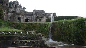 TIVOLI, ITALIE - AOÛT 2018 : Jets d'écoulement d'eau de la fontaine à l'este de ` de la villa D dans Tivoli, une partie de l'héri banque de vidéos