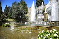 TIVOLI, ITALIE - 10 AVRIL 2015 : Touristes visitant la fontaine du Ne photographie stock libre de droits