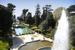 TIVOLI, ITALIE - 10 AVRIL 2015 : Touristes visitant la fontaine du Ne photos stock