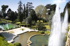 TIVOLI ITALIEN - APRIL 10, 2015: Turister som besöker springbrunnen av Ne Royaltyfri Bild