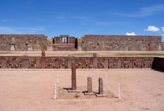 Tiwanakuruïnes - pre-Inca Kalasasaya & lagere tempels & Kontiki-monoliet royalty-vrije stock afbeelding