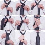 Tiying en tie med en windsorfnurra Arkivfoto