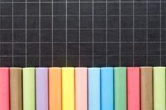 Tiza del color alineada en pizarra Fotografía de archivo