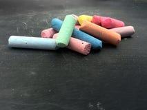tiza el enseñar o de la educación en schoolboard Fotografía de archivo libre de regalías