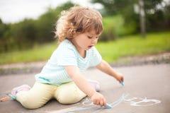 Tiza linda del color del pedazo f del witj del dibujo de la niña pequeña Imagen de archivo libre de regalías