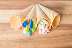 Tizas en colores pastel en conos de la oblea foto de archivo libre de regalías