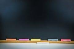 Tizas y pizarra coloridas Fotografía de archivo libre de regalías