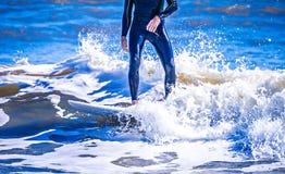 Tizio del surfista su un'onda di oceano di guida del surf fotografia stock