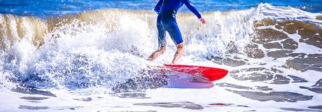 Tizio del surfista su un'onda di oceano di guida del surf fotografia stock libera da diritti