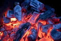 Tizzoni brucianti del fuoco di accampamento (carbone caldo) Fotografie Stock Libere da Diritti