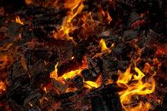 Tizzoni dai pallet di legno brucianti Immagini Stock Libere da Diritti