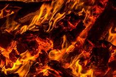 Tizzoni dai pallet di legno brucianti Fotografia Stock Libera da Diritti