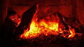 Tizzoni di ardore in un camino - fine su video d archivio