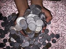 Tjäna online-pengar Arkivfoto