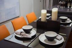 Tjäna som i vardagsrummet, stilfulla svarta ware i svartvitt arkivfoto