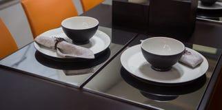 Tjäna som i vardagsrummet, stilfulla svarta ware i svartvitt royaltyfri fotografi