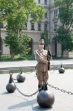 Tjäna som soldat att ändra av vakten nära parlamentet i Budapest, Ungern Arkivbild