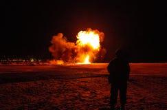 Tjäna som soldat klockor som bombarderar explosionen går av på stranden på natten Arkivbild