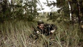 Tjäna som soldat krypningen i gräset och förbereder därefter att sikta för RPG arkivfilmer