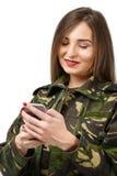 tjäna som soldat med en mobiltelefon i militär likformig för kamouflage royaltyfri bild