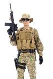 Tjäna som soldat med geväret eller prickskytten över vit bakgrund Royaltyfri Bild