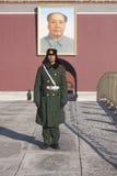Tjäna som soldat på vakten på den Tiananmen fyrkanten i Peking Royaltyfri Fotografi