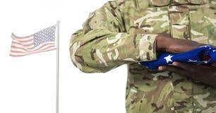 Tjäna som soldat rymma amerikanska flaggan främst av vit bakgrund royaltyfria foton