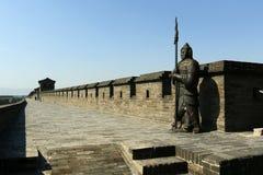 Tjäna som soldat statyn på befästningväggen av den gamla staden, porslin royaltyfri fotografi