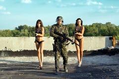 tjäna som soldat två kvinnor royaltyfri foto