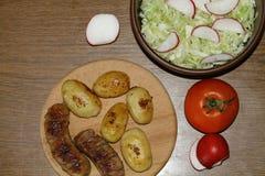 Tjäna som tabellen med nya potatisar Arkivfoton
