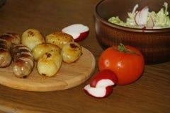 Tjäna som tabellen med nya potatisar Royaltyfri Fotografi