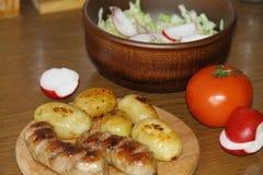 Tjäna som tabellen med nya potatisar Arkivbild